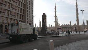 Niet geïdentificeerde vegervrachtwagen buiten de samenstelling van Nabawi stock video