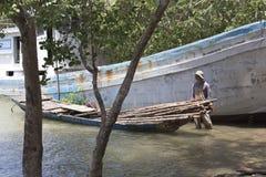 Niet geïdentificeerde Vietnamees die hout verzamelen Stock Afbeeldingen
