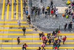 Niet geïdentificeerde voetgangers op gestreepte kruisingsstraat op 28 SEPTEMBER, 2013 in Hongkong, China Stock Foto