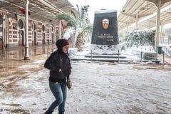 Niet geïdentificeerde vrouw die bij Sirkeci-Station lopen royalty-vrije stock foto