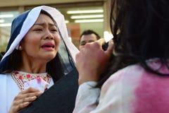 Niet geïdentificeerde vrouw die in de rol schreeuwen die van de medelijdenbenadering Jesus Christ spelen royalty-vrije stock foto