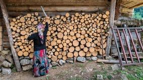 Niet geïdentificeerde vrouw die in lokale uitrusting in Maden Village, Savsat, Artvin, Turkije lopen stock foto's