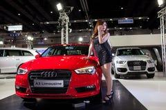 Niet geïdentificeerde vrouwelijke modellen met de Limousine van Audi A3 stock foto
