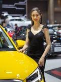 Niet geïdentificeerde vrouwelijke presentator bij Audi-cabine stock afbeelding