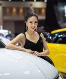 Niet geïdentificeerde vrouwelijke presentator bij Audi-cabine royalty-vrije stock afbeeldingen