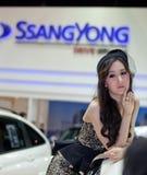Niet geïdentificeerde vrouwelijke presentator bij cabine Ssongyong Royalty-vrije Stock Foto's