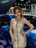 Niet geïdentificeerde vrouwelijke presentator van Mazda in Motorshow Stock Foto's