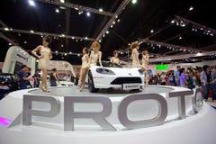 Niet geïdentificeerde wijfjespresentator bij de cabine van de Jaguar Stock Foto