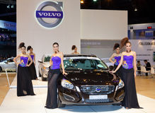 Niet geïdentificeerde wijfjespresentator met de auto van Volvo V60 Royalty-vrije Stock Afbeeldingen