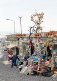 Niet geïdentificeerde winkelier die giften maken voor toeristen klaar Royalty-vrije Stock Fotografie