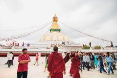 Niet ge?dentificeerde pelgrims die rond Bodhnath-stupa in Katmandu, Nepal lopen royalty-vrije stock foto