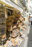 Niet gedefiniëerde toeristen die in de hoofdstraat van Evora winkelen stock fotografie
