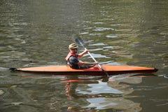 Niet geïdentificeerde kayaker op de Yarra-rivier in Melbourne Royalty-vrije Stock Foto's