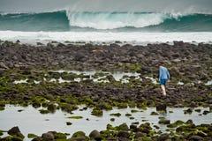 Niet geïdentificeerde toerist die langs rotsachtig lopen Royalty-vrije Stock Fotografie