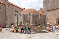 Niet geïdentificeerde toeristen dichtbij de Grote Fontein van Onofrio, Dubrovnik, Kroatië Stock Foto's