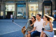 Niet-gegradueerde drie maakt selfie op de achtergrond van een oud gebouw stock afbeelding