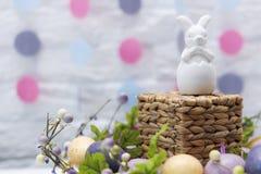 Niet-gekleurd Pasen-konijntje en Feestelijke Decoratie Gelukkige Pasen Idee voor kaart Stock Foto's