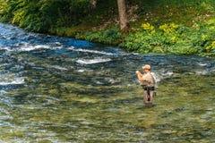 Niet identificeerbare mens die bij Jezernica-rivier, Bohinj-Meer vissen Stock Afbeeldingen