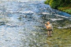 Niet identificeerbare mens die bij Jezernica-rivier, Bohinj-Meer vissen Royalty-vrije Stock Afbeelding