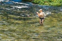 Niet identificeerbare mens die bij Jezernica-rivier, Bohinj-Meer vissen Stock Afbeelding