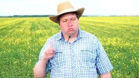 niet Landbouwersemoties die van ontevredenheid, een teken met zijn vinger tonen Nr, ontkenning, einde stock video