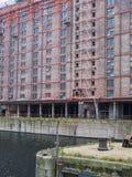 Niet meer gebruikt pakhuis op de waterkant van Mersey stock afbeeldingen