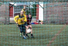 Niet-professionele voetbalsters in Seydisfjordur IJsland Stock Afbeelding