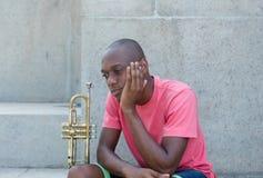 Niet succesvolle Afrikaanse Amerikaanse kunstenaar met trompet stock afbeelding