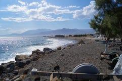 Niet uitgerust strand met stenen Stock Afbeeldingen