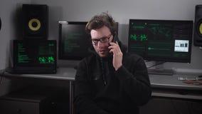 Niet zeer ervaren hakkervraag aan zijn mentor met het vragen om hulp met het schrijven van het programma ` s In het stock footage