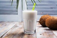 Niet zuivelveganistkokosmelk in een lang glas stock foto