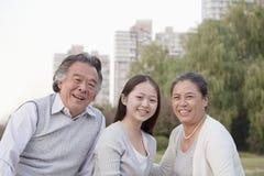 Nieta con los abuelos, retrato Fotos de archivo