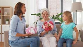 Nieta que da las flores a la abuela metrajes
