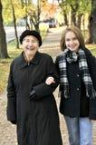 Nieta que recorre con la abuela Imagen de archivo libre de regalías