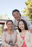 Nieta sonriente con los abuelos, retrato Fotos de archivo libres de regalías