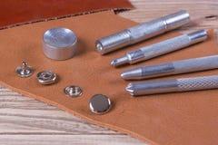 Niete und Werkzeuge auf Leder Lizenzfreies Stockfoto