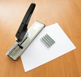 Nietmachine en nietjes met document Stock Afbeelding