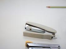 Nietmachine op het bureau Stock Fotografie