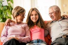 Nieto con los abuelos en casa Foto de archivo libre de regalías