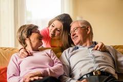 Nieto con los abuelos en casa Fotos de archivo libres de regalías