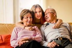 Nieto con los abuelos en casa Fotos de archivo