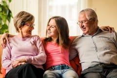 Nieto con los abuelos en casa Imagen de archivo