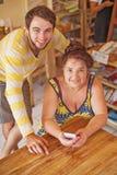 Nieto que enseña su abuela a cómo utilizar el teléfono móvil Imagen de archivo