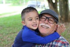 Nieto que muestra el amor para el abuelo foto de archivo libre de regalías