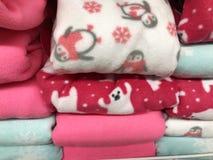 NIETOPERZA ignam, IZRAEL GRUDZIEŃ 11, 2017: Sprzedaż ciepła zima odziewa w sklepie obraz royalty free