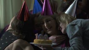 Nietos que abrazan a la vieja mujer feliz en la fiesta de cumpleaños 100, proximidad de la familia metrajes
