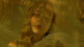 Nietrzeźwa nastoletnia dziewczyna siedzi samotnie w pokoju po przyjęcia, obiektywu graniastosłupa skutek zdjęcie wideo