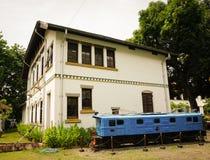 Nieużywany stary błękita pociąg blisko białego budynku przy Lawang Sewu fotografią brać w Semarang Indonezja Fotografia Stock