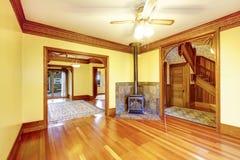 Nieumeblowany żywy pokój z grabą, twarde drzewo podłoga i pastą, fotografia royalty free