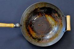 Nieumyty węgiel stali wok na ciemnym tle fotografia royalty free